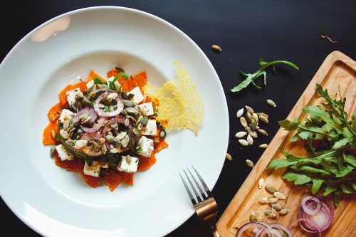 Диетический салат с печеным перцем и сыром Фета