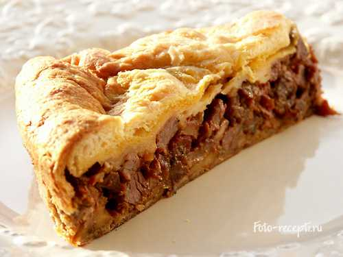 Пирог из слоеного теста с мясом